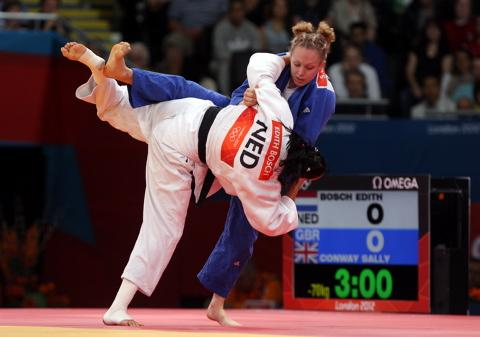 Sally Conway (blue gi) in action against Edith Bosch