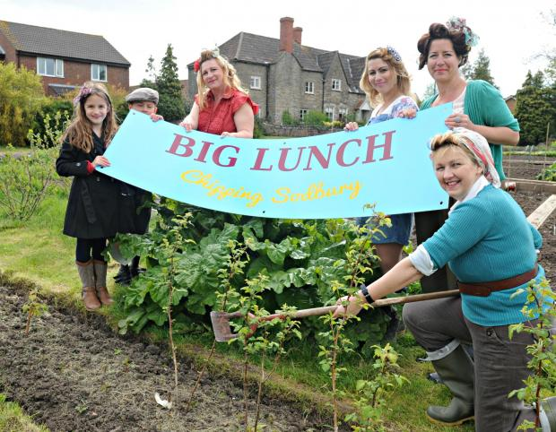Evie Edwards,7, Reuben Axford,7, Sophie Axford, Alexandra Womack, Sarah Todd and Angela Lane getting for Chipping Sodbury's Big Lunch