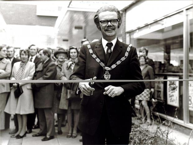 Gazette Series: Dr Dennis Fox opening St Mary Way in Thornbury (7171311)