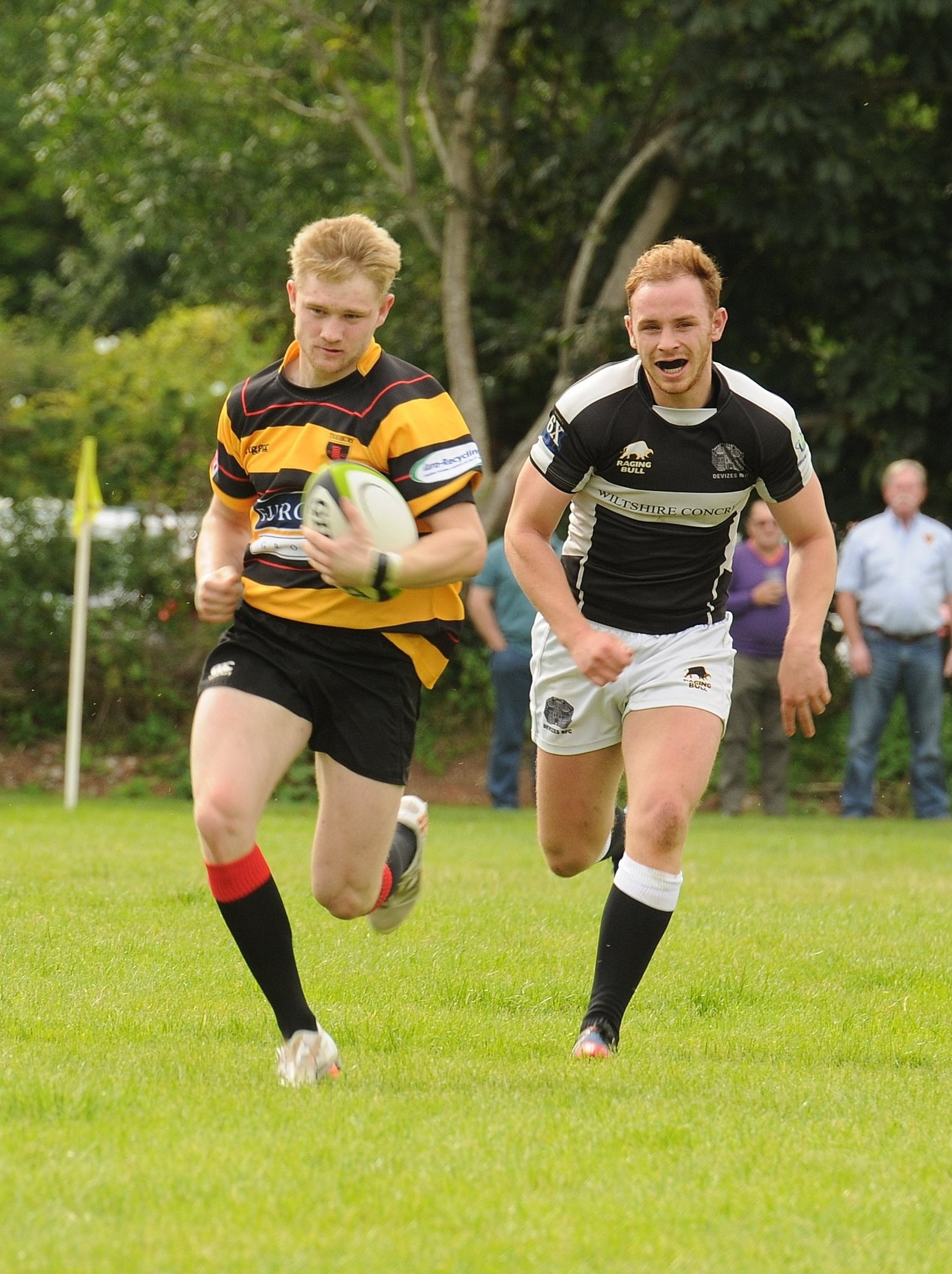 Ed Sheldon racing in for his second try against Devizes